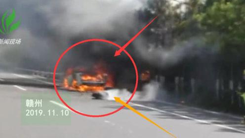 突发!赣州一皮卡车突发大火 消防紧急救援