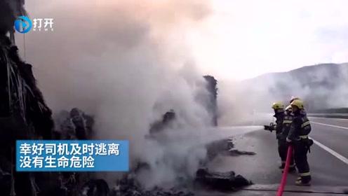 铜川:半挂车爆胎撞击护栏引起燃烧 消防40分钟扑灭大火