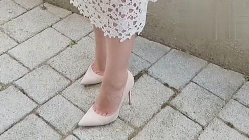 素人女孩如何改造?白色吊带连衣裙搭配白色尖头细高跟鞋,优雅而柔美