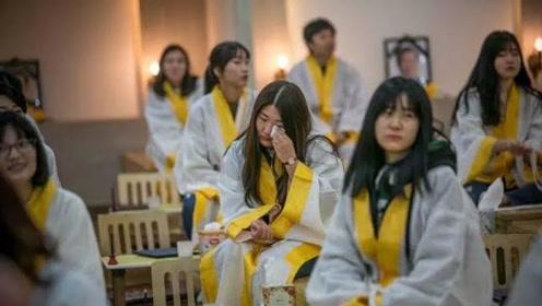 """韩国殡葬公司变身""""治愈中心"""":免费为活人举办葬礼"""