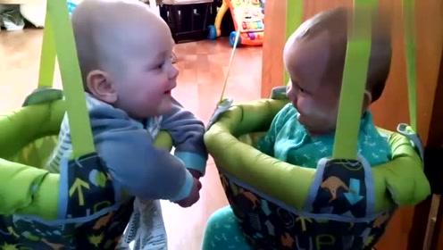 国外的双胞胎宝宝,在一起时太可爱了