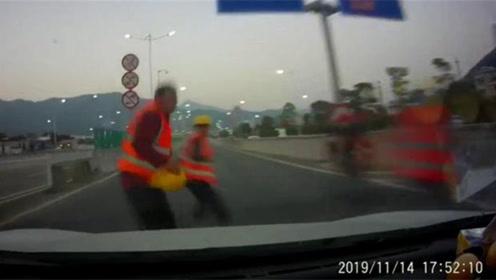 4人高速路口结伴穿马路2人遭小车撞飞!监控拍下惊险瞬间