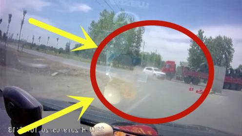 轿车与货车抢道,大货车直接怼上,拖行数米看着都惨!