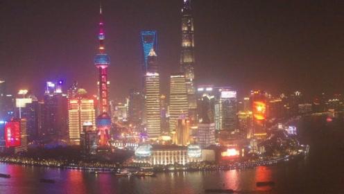 无人机航拍上海黄浦江夜景,陆家嘴摩天大楼灯光璀璨,太壮观了