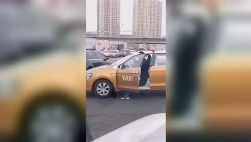 大雪路滑!出租车司机无奈用脚刹车走红