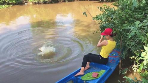 小妹竟将猪肉当鱼饵,坐在船上专心钓鱼,一不留神,宝贝果然上钩了