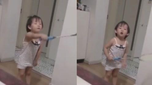 父母吵架摔门而去,萌娃的反应让人意想不到,网友:戏精