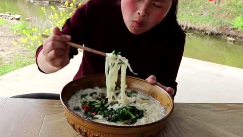 """5斤田螺吃出了""""土豪味"""",胖妹池塘里捞了半天,做出的美食老爹都想吃"""