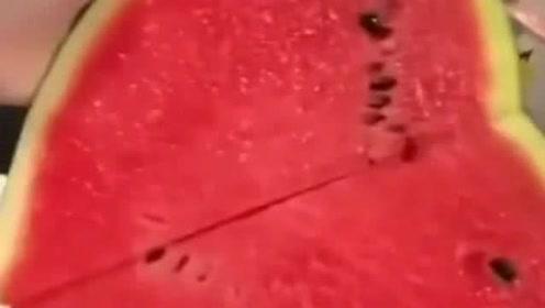 表哥就是聪明!自己想吃西瓜,就切出了爱嫂子的形状!