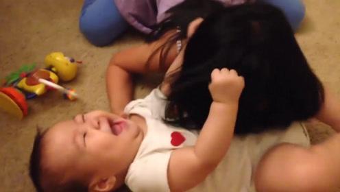 姐姐咬小宝宝的痒痒肉,没想到被小娃一把抓住头发,秒被制服了
