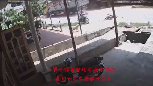 让人头皮发麻的瞬间,男子骑车速度太快,撞进了大货车车轮之下!