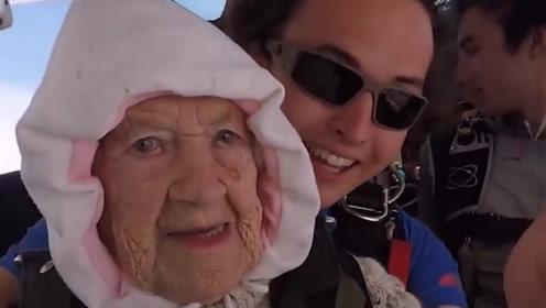 国外102岁老奶奶,为公益跳伞,身体杠杠的