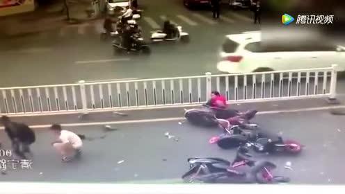 三辆摩托碎成铁片!路人驻足围观