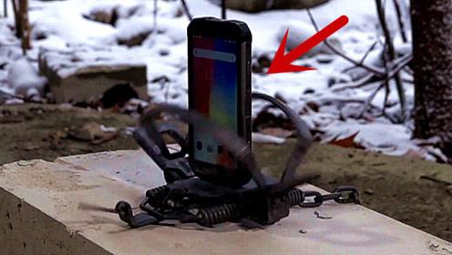 老外把三防手机放到捕兽夹中,手机能被夹坏吗?结尾高能!