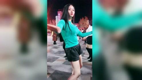还是网红姐跳舞迷人,舞姿优美,霸屏都不是问题