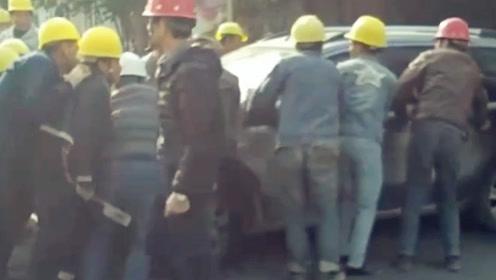 天津南通四建一老板拖欠工钱,农民工一怒把老板车挪到路中间