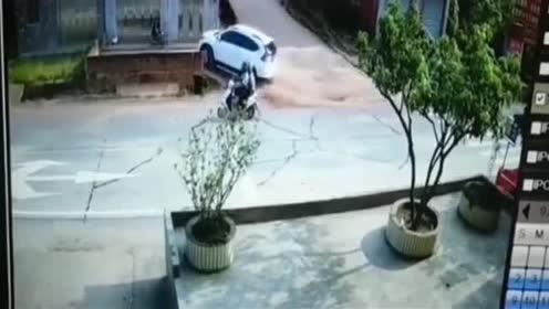高难度车祸连交警都气笑了!没点技术根本开不成这样!是个高手