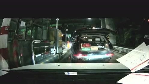 过高速收费站前车后备箱突然开了,开车的果然女司机,服了!