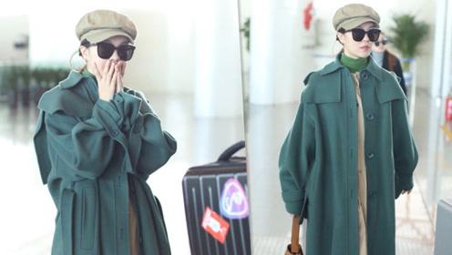 郁可唯穿绿色大衣亮相机场 造型简约文艺范