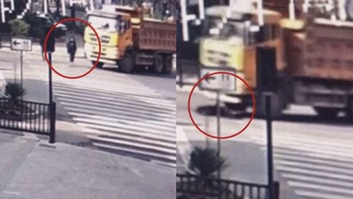 监拍:浙江女子横过斑马线 被右转弯大货车碾压当场身亡