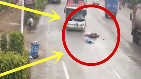 摩托车男子嫌命太长,一脚油门怒怼大巴,一家三口空中丧命!