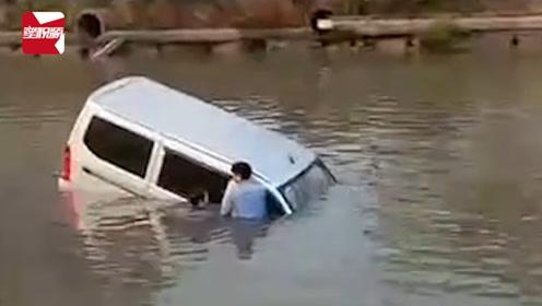 """父亲当""""教练""""教儿子学车,转弯时油门当刹车撞断护栏坠河"""