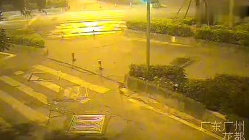 广州:醉酒摩托司机撞上醉酒轿车司机飞出数米