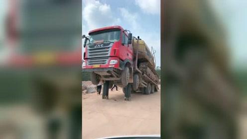 拖车设计不错,挖掘机下车方便!