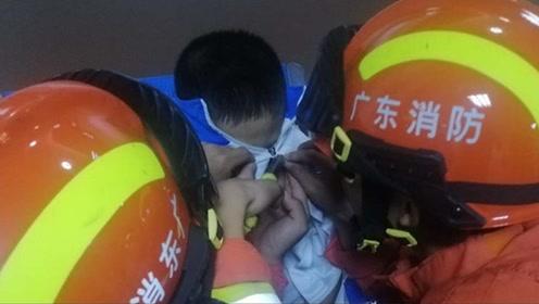 疼!湛江一熊孩子眼皮被拉链夹住消防火速解难