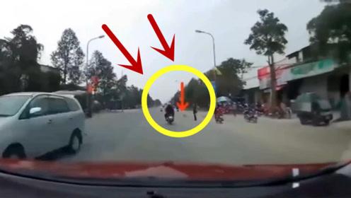 摩托车突然摔倒,真相让人没想到!回看监控真的太冤枉