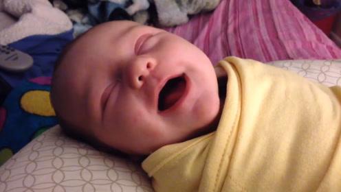 小宝宝睡觉时,突然的哈哈哈大笑不止,把自己都笑醒了,太可爱了