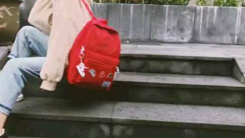 一款带有潮流小板鞋挂件的背包~还绣有英文字母有个性贴标