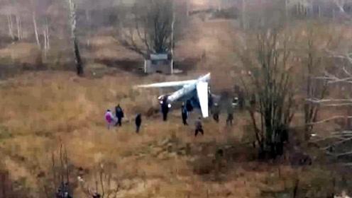 俄罗斯小镇荒地落下一架军用无人机 目击者拍下坠机现场