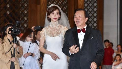 林志玲爸爸竖拇指大赞女婿AKIRA 灿笑陪亲家进场