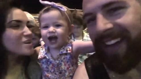 可爱的小宝主动跟爸爸妈妈要KISS,一家人甜到发腻,太幸福了