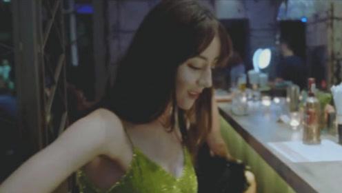 迪丽热巴凌晨到夜店,不料被男人调戏,热巴的反应太大胆