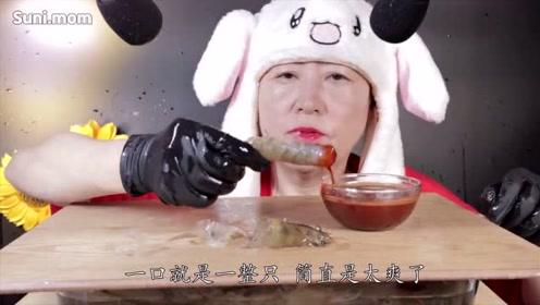 韩国60岁老奶奶直播吃生虾,一口就是一整只,网友直呼:胃口真好!
