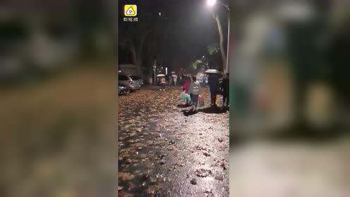 武汉大风,行人雨伞被吹得只剩骨架