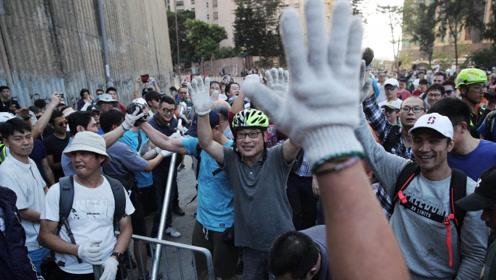 点赞!逾300市民港大自发外清路障 救护车通过市民拍手欢呼