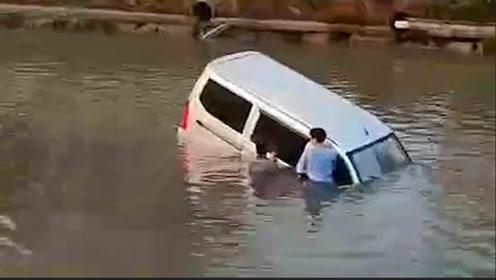"""父亲做""""教练""""教儿子学车,转弯时油门当刹车致车辆坠河"""
