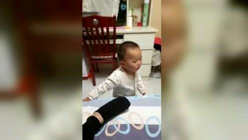 他还只是个孩子啊!你怎么下得了脚