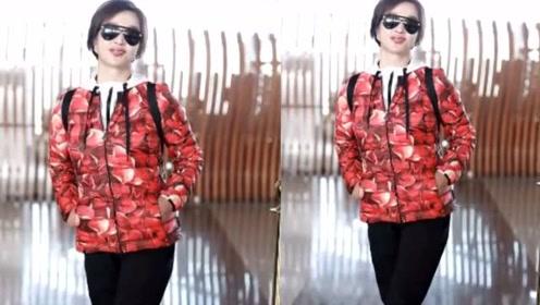 刘晓庆穿大红花羽绒服,红唇装点气色佳,松弛的双手可比脸显年纪