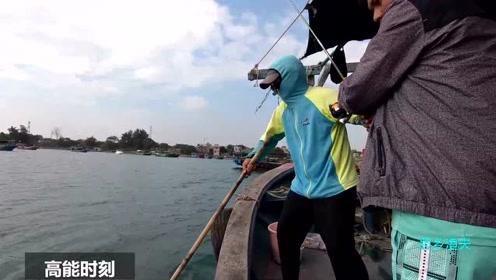 思乡渔夫:桥墩下钓鱼就是大,鱼竿都拉弯了,这鱼手感太好了