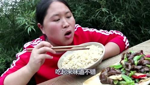 """胖妹做不一样的美食,""""闻着臭吃着香""""?网友看着有点想吐了!"""
