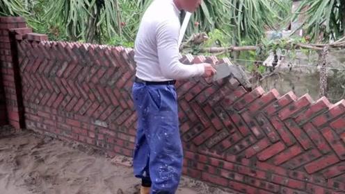 实拍越南小工砌墙,一眼看过去很平整,一天200块值吗?