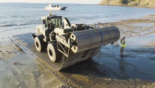 英国人发明自动铺路车,6分钟能铺50米,用完还能卷回来!