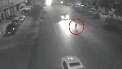 老人当场身亡!监拍:四川一老人横穿马路被撞亡 未走人行横道