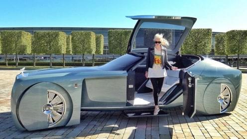 迪拜美女体验劳斯莱斯2035年概念车,开门瞬间,美女尖叫连连
