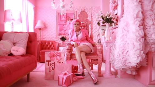 老太太痴迷粉色成瘾,就连参加葬礼都穿粉红色,人称粉红女郎!
