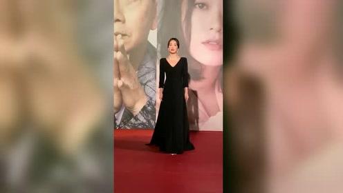 宋慧乔一身黑色礼服现身金像奖,满脸的不高兴是因为宋仲基没来
